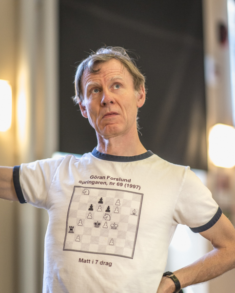 Göran gör reklam för sin bok vid påskturneringen i Norrköping 2014. För lösningen på problemet, se slutet av bloggan. (Foto: Lars OA Hedlund)